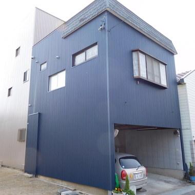 青に塗装された外壁