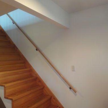 白色の壁紙に 階段