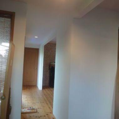 白色の壁紙に 廊下