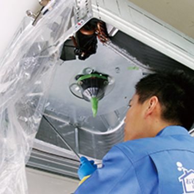 天井埋め込み型エアコン クリーニング中