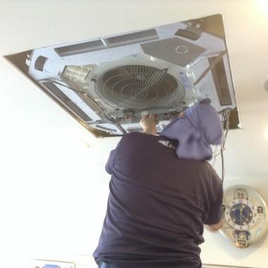 天井埋込タイプ エアコンクリーニング作業中