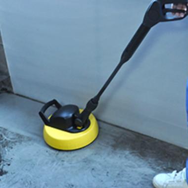 ベランダ部分高圧洗浄中 高圧洗浄機アップ