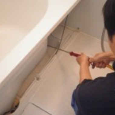 浴槽エプロン内部の洗浄中