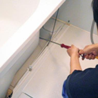 浴室エプロン内部の高圧洗浄中