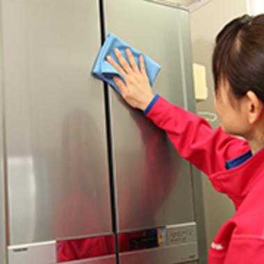 冷蔵庫・扉部分のクリーニング中