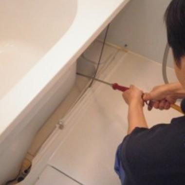 浴槽エプロン内部の清掃・洗浄中