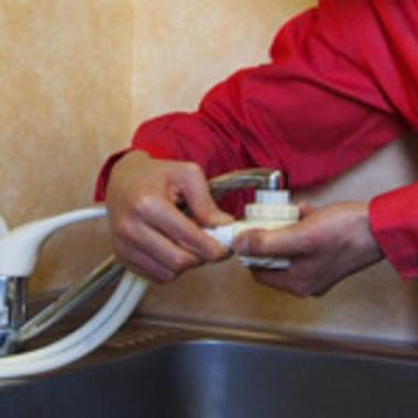 浄水器・食洗器の取り付け作業中