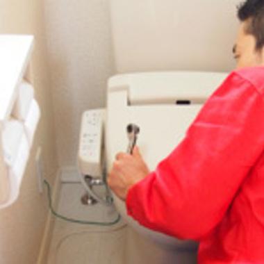 温水洗浄便座の取り外し・設置中