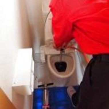 トイレの排水詰まり改善作業中