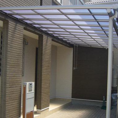 玄関前に屋根付きの駐車スペース