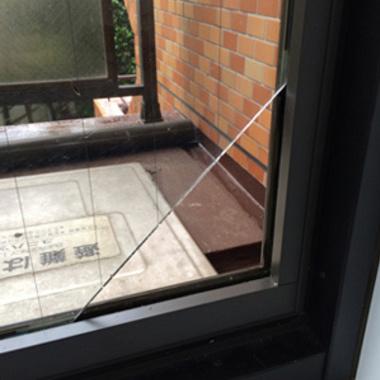 ガラスの穴あけ作業