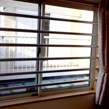 2階窓格子柵取り付け後の窓 正面