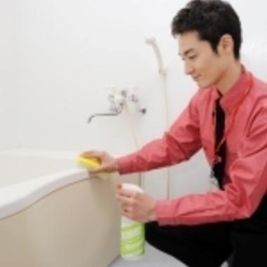 浴槽のクリーニング作業