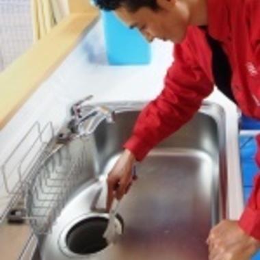 シンク排水口のクリーニング作業