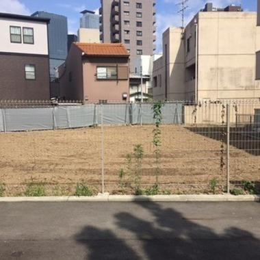 フェンス越しの解体撤去後の更地