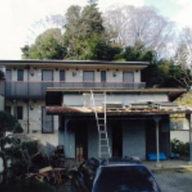 材料の置かれたトタン屋根