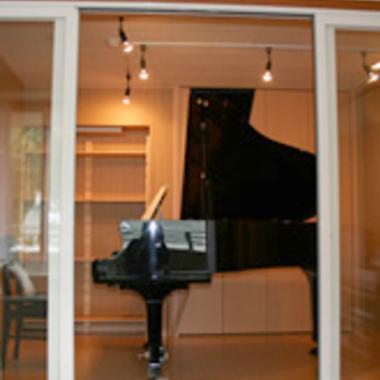 ピアノが配置された防音室