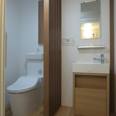 リフォーム後の仕切りで区切られたトイレと脱衣スペース