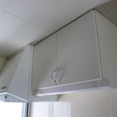 交換後の換気扇と吊り棚