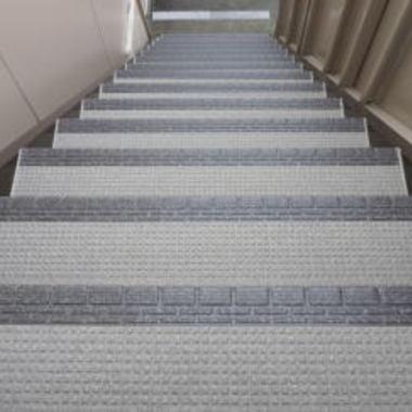 共用廊下ノンスリップシート施工後のアパート階段