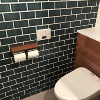 リフォーム後 トイレと緑のタイル