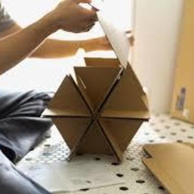 家具の組み立て 作業中