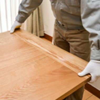 引越し 家具や荷物の移動作業中