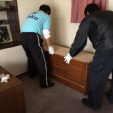 家具の配置換え 作業中