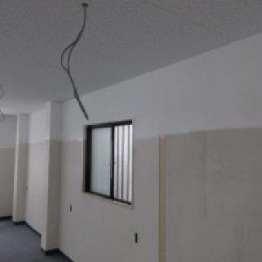 レンタルルームの内部塗装工事中 壁
