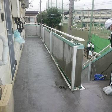 床とボード壁の清掃後 廊下