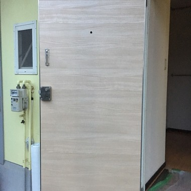 玄関ドア ダイノックシート貼り工事 価格45000円(税込)の施工後写真(0枚目)