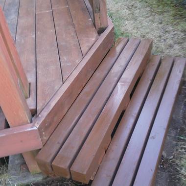 補修後のウッドデッキへの階段