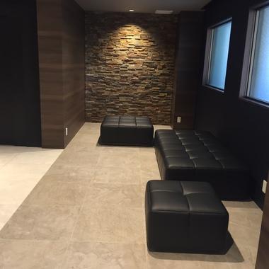 施工後 エントランスのソファースペース