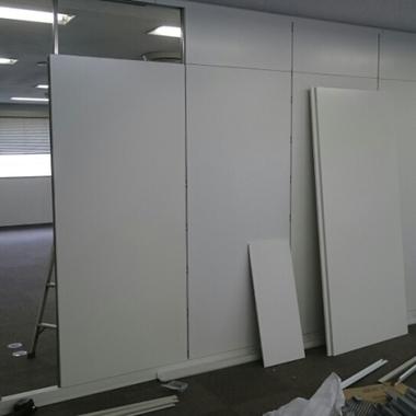 オフィス天井の補修 パーティションの設置作業中 2