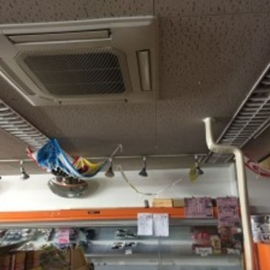 天井付き業務用エアコン故障修理作業中 2