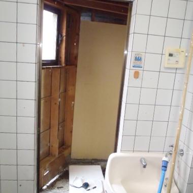 ドアが以前取付いていたと思われる開口枠だけの状態