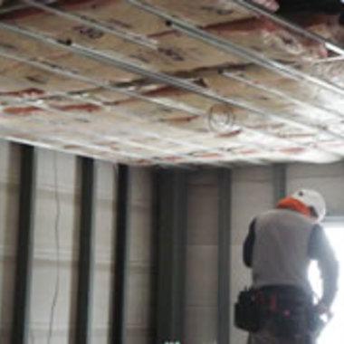 工場の天井工事途中 断熱材