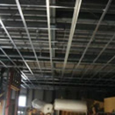 工場の天井工事途中 鉄骨