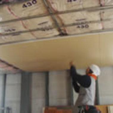 工場の天井工事途中 鉄プラスターボード貼り