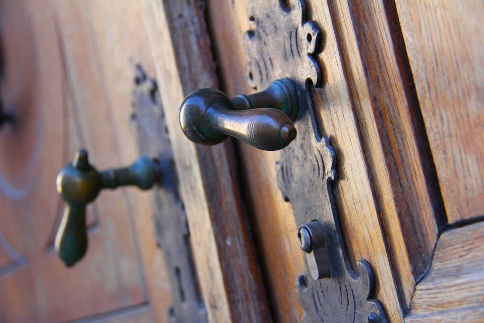 ドア 交換 | 蝶番の不具合とメンテナンスの注意点